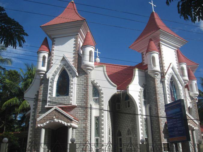 Vi cyklade förbi en kyrka som liknade ett sagoslott! We rode past a church that resembled a fairytale castle!