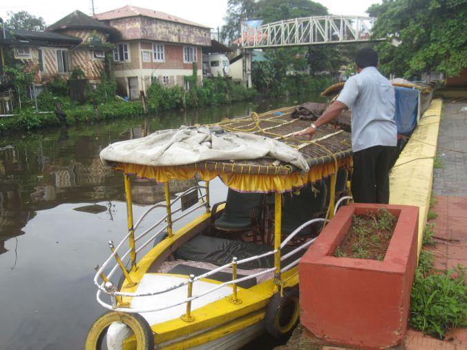Vår båt som skulle ta oss ut på vårt äventyr för dagen! Our boat that would take us out on our adventure for the day!