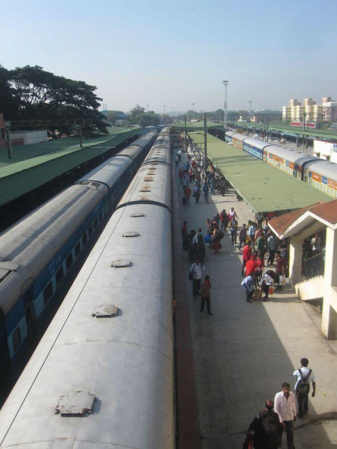 Tågen var verkligen jättelånga många många vagnar! Detta är knappt ena halvan av vårt tåg till Bangalore! The trains were really long with many many wagons! This is barely one half off our train to Bangalore!