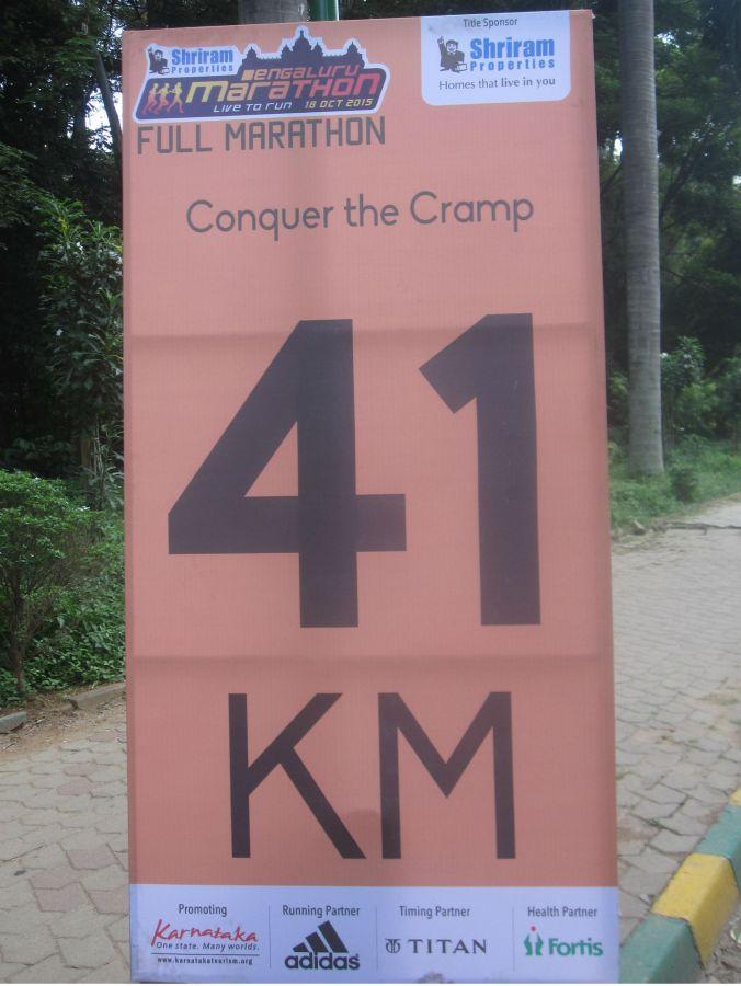 Det pågick ett marathon i Bangalore denna dag och vi gillade de uppmuntrande orden vid varje kilometer-märke! It was a marathon in Bangalore this day and we liked the encouraging words at each kilometer mark!