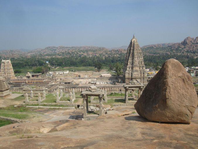 Det mäktiga Virupaksha templet från Hemakutakullen! The mighty Virupaksha temple from Hemakuta Hill!