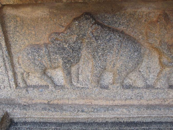 Många skulpturer föreställer flera djur på samma gång! Many sculptures representing several animals at the same time!