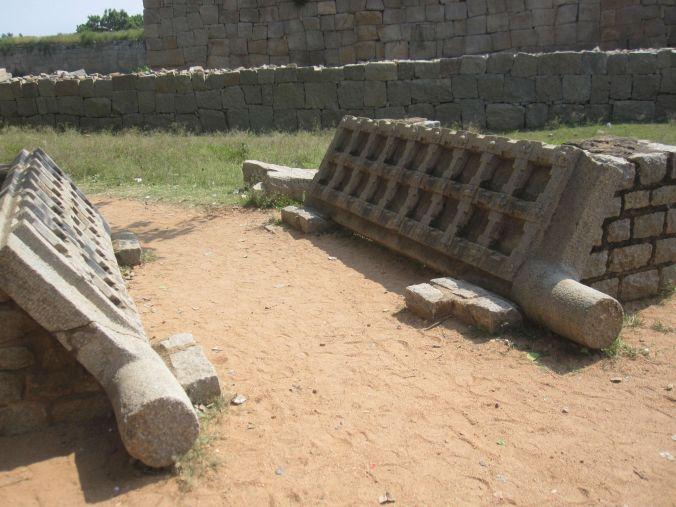 Kraftiga stenportar höll fienden ute! Heavy stone gates kept the enemy out!