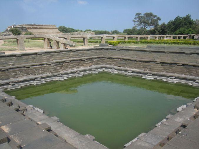 Resterna av kungliga palatsets pool! The remains of the royal palace pool!