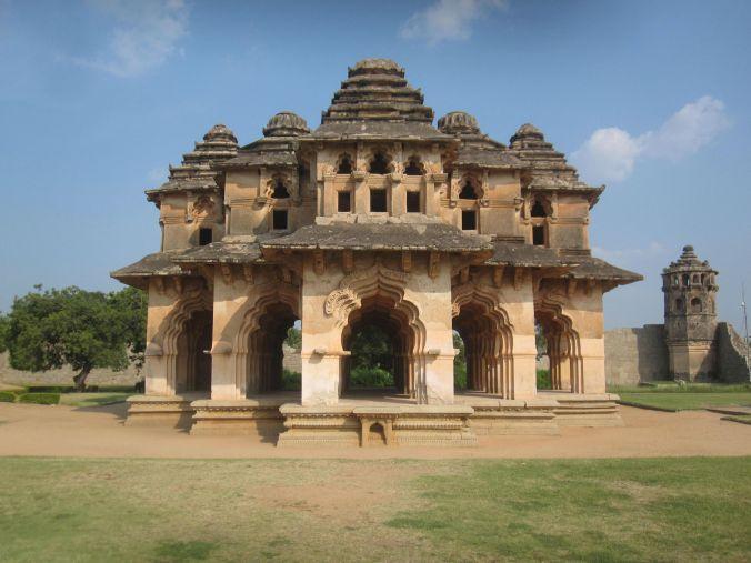 Lotus Mahal och ett vakttorn i högra hörnet! Lotus Mahal and a watchtower in the right corner!