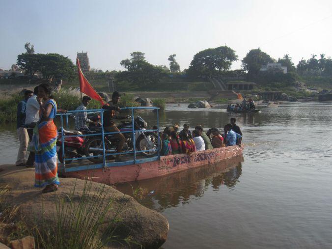 Färjan som tar dig över floden kostar 10 rupee (1.3 SEK)! The ferry that takes you across the river costs 10 Rupees (0.14 EURO)!