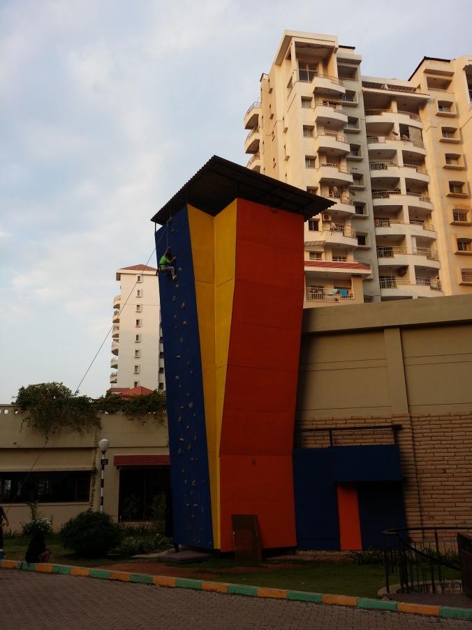 En klättringsvägg för barnen! Climbing wall for the kids!