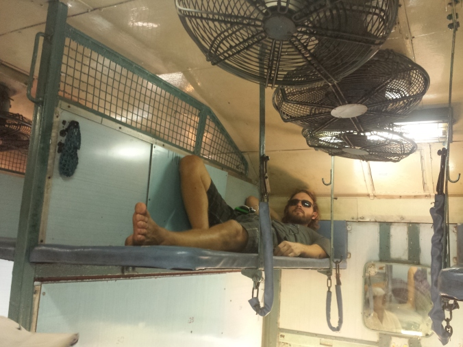 Pontus sovplats i en typisk sovvagn i Indien. Notera Ac:n i taket! Pontus sleeping place in a typical sleeper in India. Note the AC in the ceiling!
