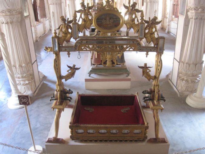 Vi fick även se många kungliga vaggor där nyfödda kungligheter legat och sovit! We also got to see many royal cradles where the newborn royals have been sleeping!