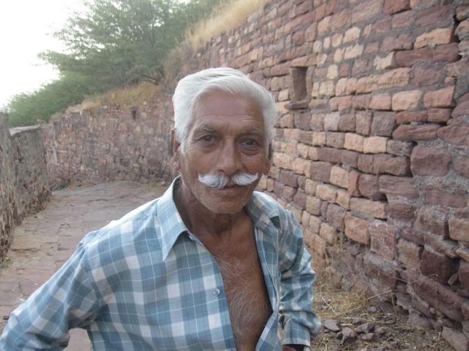 På vägen från fortet mötte vi en man som väldigt gärna ville visa sin mustasch! On the way from the fort we met a man who wanted to show his mustache!