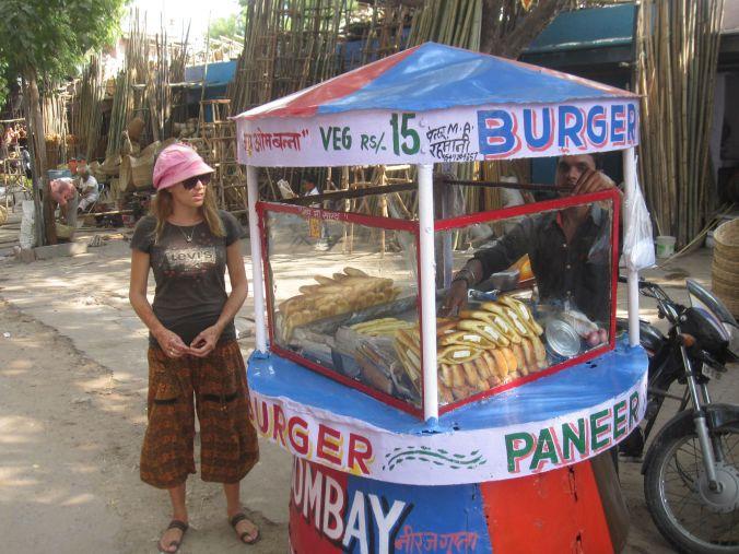 Ulrika väntar på att få vår snabbmat som är dagens lunch! Ulrika waiting to get our fast food that is today's lunch!