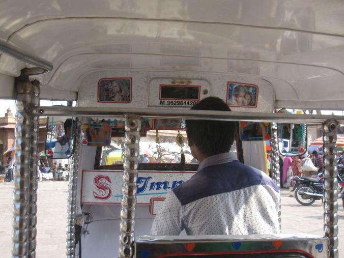 Vår discoförare som spelade väldigt hög indisk popmusik! Our disco driver who played very high Indian pop music!