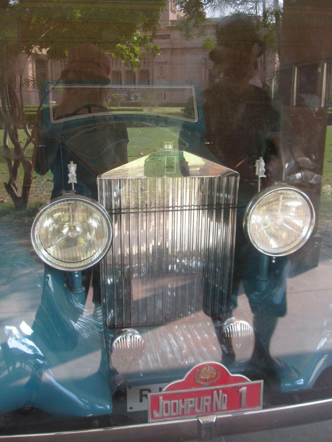 Maharadjorna har haft en förkärlek att samla på bilar, så vi fick se en hel del lyxiga veteranbilar genom en fönsterruta! The Maharajas have had a predilection to collect the old cars, so we got to see a lot of luxury vintage cars through a window!