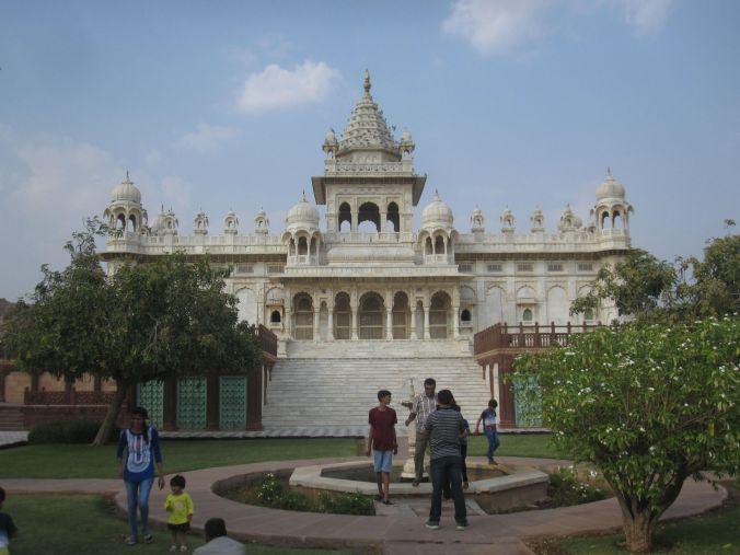 Vi besökte marmorpalatset där minneshallen är över alla Maharadjorna som styrt över Marwar från 1200-talet och framåt finsn avbildade. We visited the Marble Palace where the hall of memories is of all the Maharajas who ruled over Marwar from the 1200s onwards are depicted.