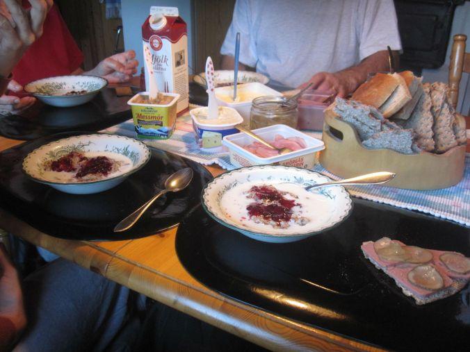 Frukost! Gröt med lingonsylt och knäckebröd med leverpastej och smörgåsgurka! Breakfast! Porridge with lingonberry jam and hard bread with liver paste and pickled cucumber!