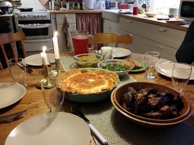 Uppdukad middag i Stjärnsund med grillad kyckling. Pontus mamma tände utomhusgrillen för kanske sista gången i år! Dinner in Stjärnsund with grilled chicken. Pontus mother lit the outdoor grill perhaps for the last time this years!