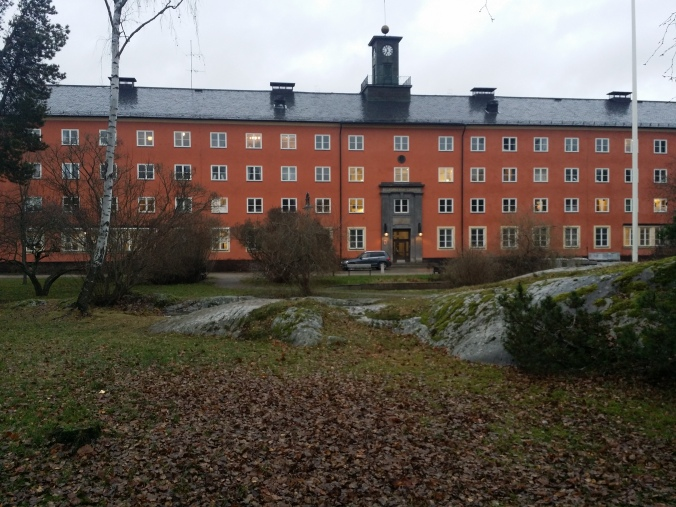 Vi tog en promenad i bromma och besökte beckomberga sjukhus som har varit ett av Europas största mentalsjukhus med 2000 patienter en gång i tiden! We took a walk in Bromma and visited Beckomberga hospital that once was one of Europe's largest mental hospital with 2,000 patients!