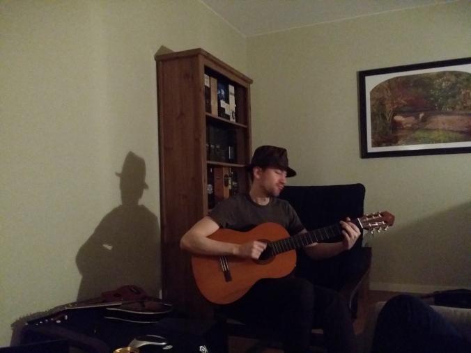 Björn tog fram Whiskey och gitarren och spelade för oss! Bjorn took out the whiskey and guitar and played for us!