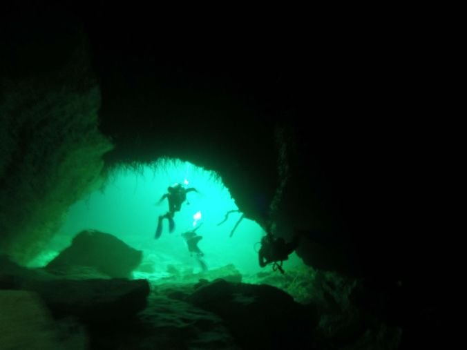 Vi lämnar en av grottorna som vi besökte under vattnet! Exiting one of the caves we visited under water!