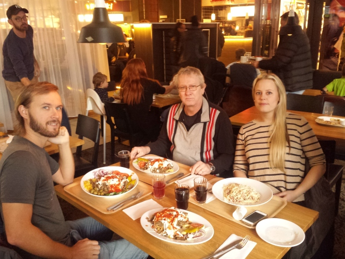 Lunch i Gävle med Ulrikas pappa och syster. Det blev en kebabtallrik som Ulrika längtat efter! Lunch in Gävle with Ulrika's father and sister. Ulrika ordered a kebab that she has been longing for!