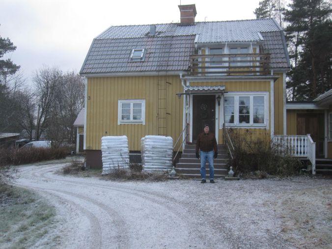 Ulrikas pappa är klädd för en promenad på byn! Ulrika's dad is dressed for a walk in the village!