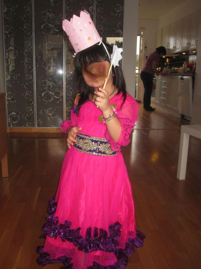 I visar upp klänningen vi köpte åt I och J i Indien! I is showing the dress we bought for I and J in India!