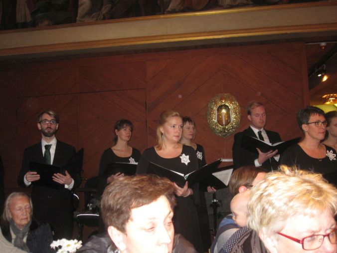 Karin koncentrerar sig på dirigentens rörelser! Karin concentrate on the conductor's movements!