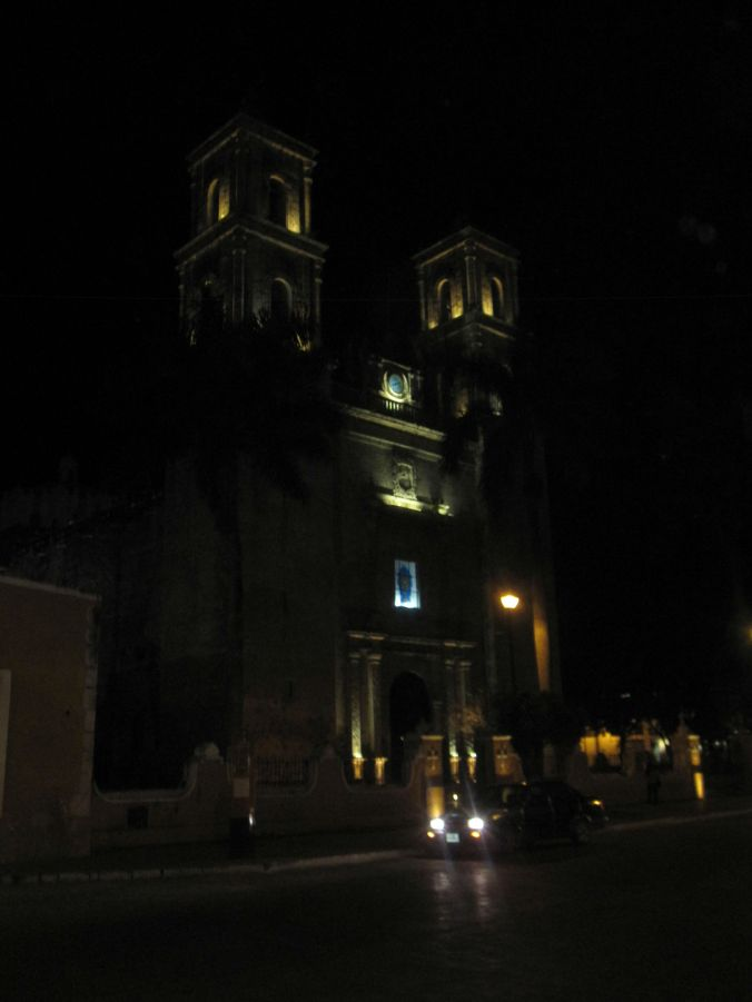 Katedralen San Gervasio upplyst i mörkret! The Cathedral of San Gervasio illuminated in the dark!