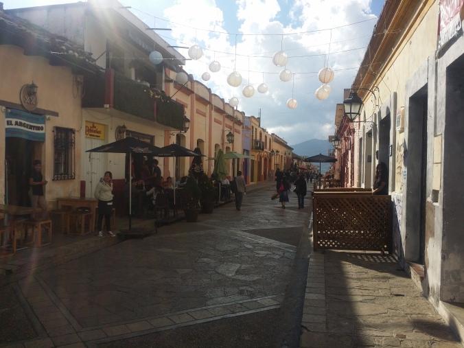 Gågatan i San Cristobal de las Casas som har väldigt mysiga uteserveringar! The pedestrian street in San Cristobal de las Casas has cozy open-air cafés!