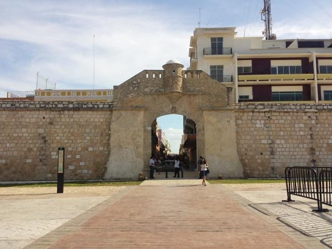En stadsmur byggdes runt Campeche på 1600-talet för att skydda staden mot piratattacker! A city wall was built around Campeche in the 1600s to protect the city against pirate attacks!