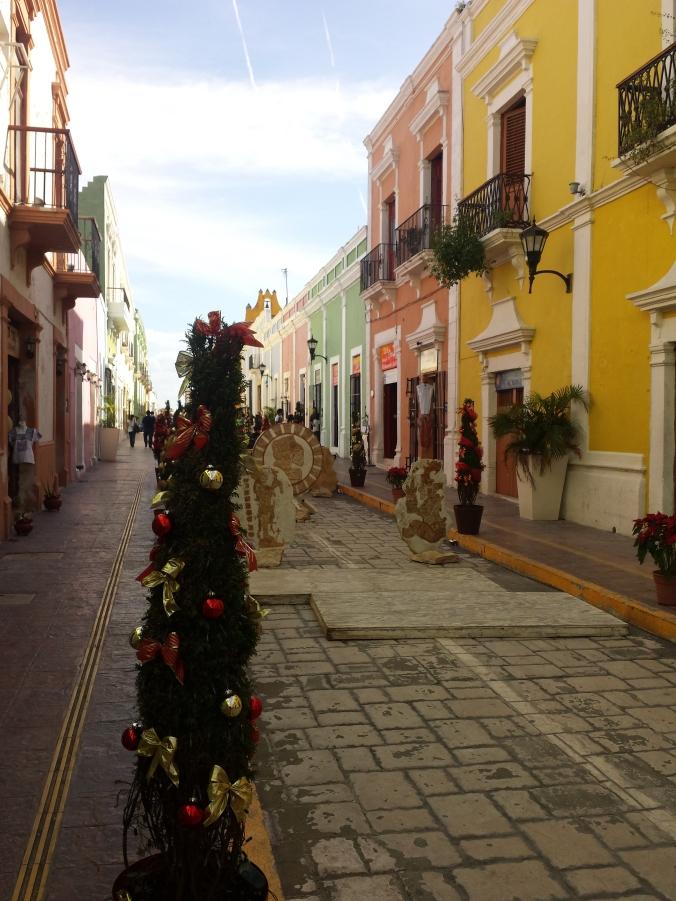 En julpyntad gata i Campeche