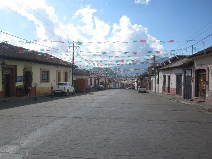De flesta gator i städerna är enkelriktade, så när man väl hittar en dubbelriktad gata i Mexiko, så känns den jättestor! Most streets in cities are one-way streets, so once we found a two-way street in Mexico, it looked huge!