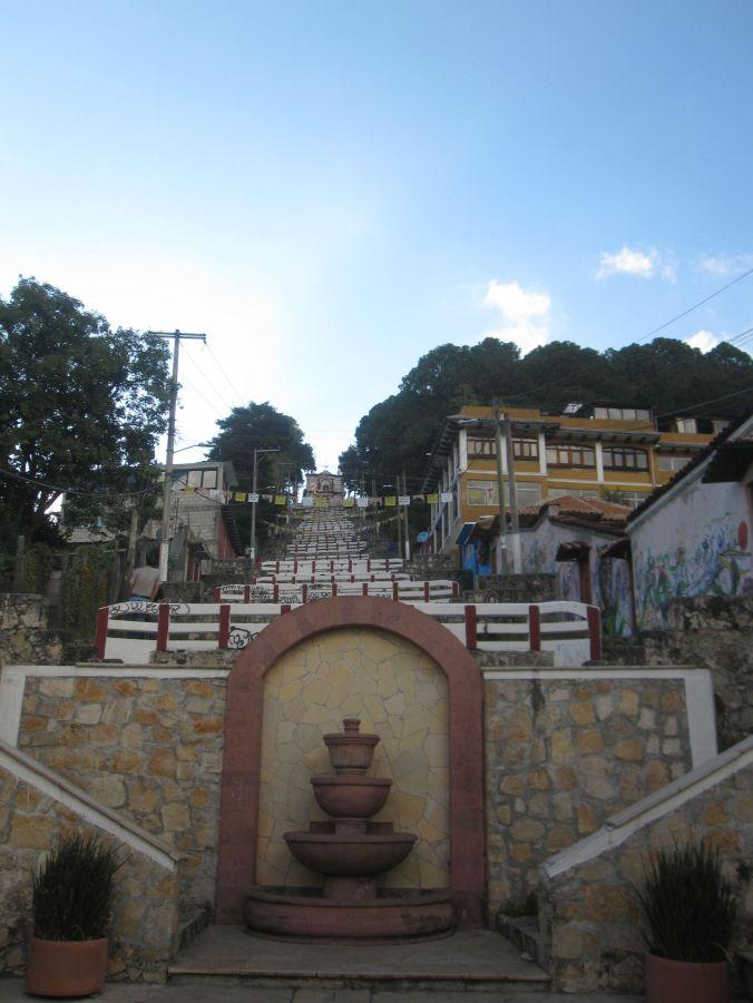 En lång trappa för att komma upp till denna kyrka! A lot of stairs to get up to this church!