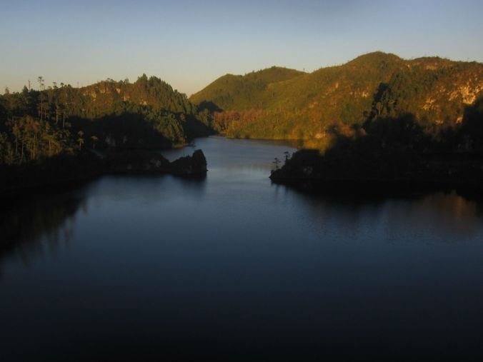 Så vacker utsikt över en av sjöarna i cinco lagunas, de fem sjöarna! So beautiful view over one of the lakes in cinco Lagunas, the five lakes!